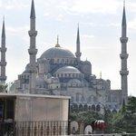 Вид с крыши отеля на Голубую мечеть