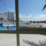 Vista de la piscina desde uno de los restaurantes