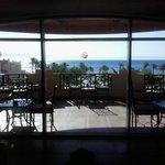 Blick von der Terrasse über die Anlage zum Meer