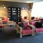 salon entrée, bibliothèque et info touristique