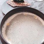 Velouté d'asperges blanches, curry noir, tuile aux œufs de hareng