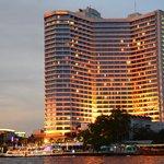 チャオプラヤー川からホテルを見る。