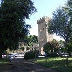 Torre San Niccolò vista do interior da Piazza Giuseppe Poggi, às margens do Arno.