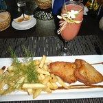 Atun con papas fritas acompañado de un guayaba sour