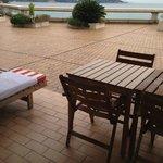 Столик и шезлонг на террасе