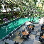 La piscine et la terrasse du restaurant.