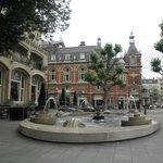 カフェ・アメリカン前の噴水と市立劇場
