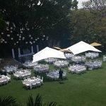 Vista del hermoso jardín decorado para una boda.