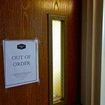 vis-a-vis unseres Zimmers gab's Treppen, aber die waren siehe Schild: out of order