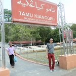 foot bridge connecting the Tamu and Jalan Kianggeh