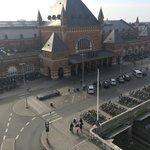 вид с балкона номера на площадь вокзала