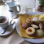 Caffè e dolcetti offerti dalla casa