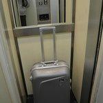собственно крошечный лифт, очень похож на шкаф