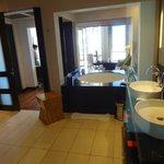 Blick aus der Dusche durchs Bad in den Wohnbereich der Junior Suite