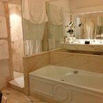 A enorme sala de banho