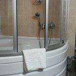 Chuveiro e banheira de hidromassagem.