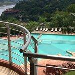 La vista de la piscina y el bosque inigualable