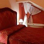 寝室、ベッドの隣にバスタブはビックリ!カップル向けかな?