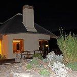 Haupthaus der Lodge bei Nacht