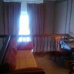 petit salon d'entrée de la chambre et vue sur la fenêtre