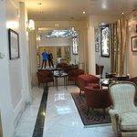 Espaços internas com salas bem decoradas.
