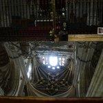detalle de las bovedas reflejado en el espejo cerca del altar