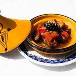 Tapa de tajin de cordero con verduras y frutos secos