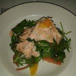 Salmon a la plancha con frutas y rucula