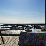 Salão onde serve o café da manhã com vista para o mar