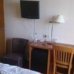 Mobiliario de la habitación. Si usas la silla, cortas el paso a un lado de la cama y a la terraz