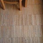 El suelo, de parquet, necesitado de un lijado y barnizado