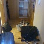 Pasillo-recibidor. Estrecho y el único sitio en donde colocar la maleta