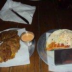 Mi plato: Tostones, y Taco de Pollo Picante
