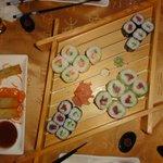 Nems à gauche et plateau de sushis