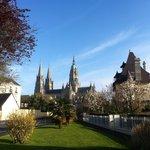 Vue général sur la cathédrale de Bayeux et la tranquillité de la ville.