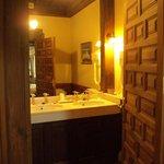Baño de habitación doble superior.