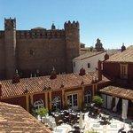 El hotel y el Palacio-Castillo de los Duques de Feria (hoy Parador de Turismo)