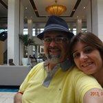 Eu e minha esposa no saguão do hotel