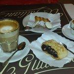 Dos cafes y 3 miniaturas dulces por 18 euros