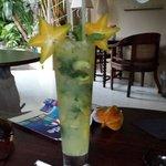 Dégustation d'un cocktail dans le jardin de l'hôtel.