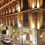 prédio em frente do hotel, a arquitetura são semelhantes ao do hotel