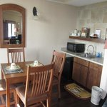 Suite 401: Dining/kitchenette