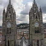 le due trorri che inquadrano la Vergine sulla collina di Quito