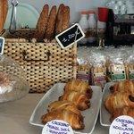 Croissant de mantequilla francés. ..chuchos de crema....todos productos recién horneados