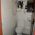 Ванная комната оборудована обогревателем, вытяжкой, нормальная сантехника, есть гель для душа