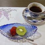 夕食(果物:苺、キウイ、コーヒー)