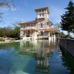 Vue de la Villa la Tosca depuis la piscine écologique