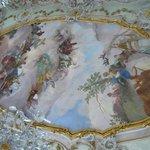 ロココ様式のフレスコ画で華やかに彩られている天井