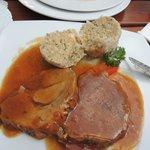 バイエルンの代表的な豚肉料理シュバイネ・ブラーテン