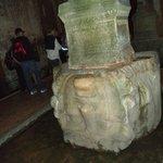 Cabeça de Medusa invertida na base de uma coluna de mármore.
